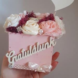 Babaköszöntő rózsaszín virágdoboz, Otthon & lakás, Dekoráció, Dísz, Gyerek & játék, Baba-mama kellék, Varrás, Virágkötés, 9x9es fa ládikón csücsülnek az egyesével, kézzel készített textilvirágok. Zuzmó, strassz és gyöngy a..., Meska