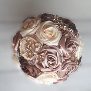 Krém és csoki bross-csokor, örökvirág, Esküvő, Esküvői csokor, Otthon & lakás, Dekoráció, Csokor, Virágkötés, Varrás, Közepes méretű csokor csillogó, aranyozott színű brossokkal.\nSzínei:\n-krém\n-csokoládé\n\nKiegészítő:\n-..., Meska