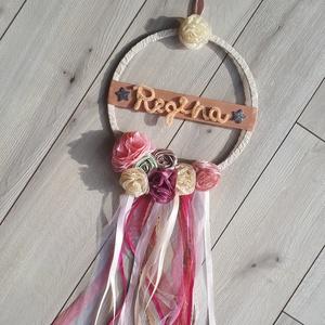 Kislány álomfogó, névtábla, csat-tartó, gyerekszoba dekoráció, babaszoba dekor virágokkal és szalaggal, fa karikán 20cm, Álomfogó, Dekoráció, Otthon & Lakás, Varrás, Virágkötés, Örökvirágokat készítek textilből, ebből, és szalagból alkottam ezt a díszt. A nevet is egyedileg for..., Meska