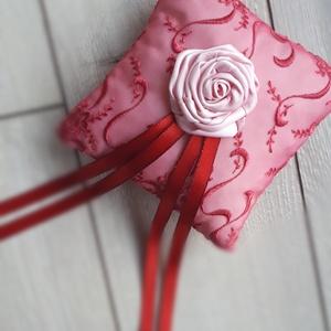 Gyűrűpárna, esküvő piros/bordó, Esküvő, Gyűrűpárna, Varrás, 15x15cm-es gyűrűpárna készült. \n\nAlapja: hímzett szatén\nRajta: virág és a szalagok\n\nA gyűrűk a szala..., Meska