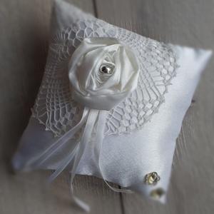 Gyűrűpárna, esküvő fehér és csipke, Esküvő, Gyűrűpárna, Varrás, 15x15cm-es gyűrűpárna készült. \n\nAlapja: csipke és szatén\nRajta: virág és a szalagok\n\nA gyűrűk a sza..., Meska