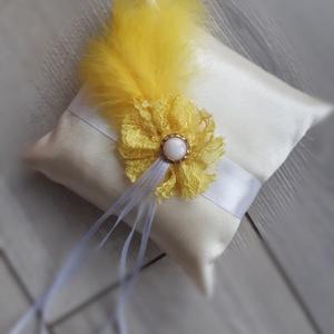 Gyűrűpárna, esküvő sárga tollas , Esküvő, Gyűrűpárna, Varrás, 15x15cm-es gyűrűpárna készült. \n\nAlapja: krém színű szatén\nRajta: virág, pihetoll és szalagok\n\nA gyű..., Meska