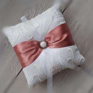Gyűrűpárna, esküvő réz színű szalaggal, Esküvő, Gyűrűpárna, Varrás, 15x15cm-es gyűrűpárna készült. \n\nAlapja: hímzett szatén\nRajta: gomb és a szalagok\n\nA gyűrűk a szalag..., Meska