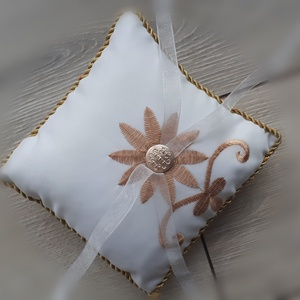 Gyűrűpárna, esküvő barna-arany, hímzett, Esküvő, Gyűrűpárna, Varrás, 15x15cm-es gyűrűpárna készült. \n\nAlapja: szatén\nRajta: virág és a szalagok\n\nA gyűrűk a szalagokra kö..., Meska