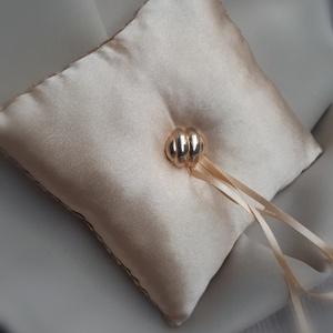 Gyűrűpárna, esküvő, arany színű, Esküvő, Gyűrűpárna, Varrás, 15x15cm-es gyűrűvivő párna.\n\nAlapja: szatén\nRajta: gomb és szalagok\n\nA gyűrűk a szalagokra köthetőek..., Meska