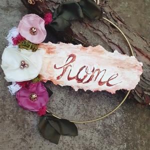 Vintage örökvirág karika, lakásdekoráció, falidísz, ajtódísz/kopogtató home-felirattal, Ajtódísz & Kopogtató, Dekoráció, Otthon & Lakás, Varrás, Ehhez az arany színű fém karikához valamilyen rusztikus felirat illett, igy jött az ötlet, hogy maga..., Meska