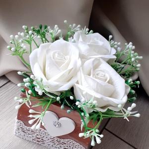 Fehér rózsás asztaldísz, dobozvirág, selyemvirág, Otthon & lakás, Lakberendezés, Asztaldísz, Virágkötés, Saját kézzel festett dobozkába válogattam minőségi selyemrózsákat és rezgőt. Különleges csipke díszi..., Meska