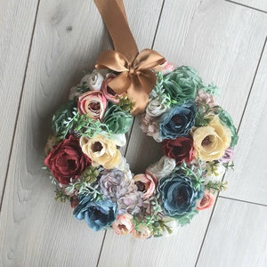 Vegyes virágokból kopogtató, 25-26cm, Otthon & lakás, Lakberendezés, Ajtódísz, kopogtató, Koszorú, Virágkötés, Varrás, Az általam készített textilvirágok remekül megférnek a selyemvirágokkal, melyeket szintén magam válo..., Meska