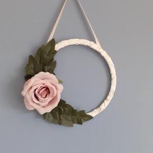 Rózsa vintage csipke falidísz, kopogtató, karika, minimál, Falra akasztható dekor, Dekoráció, Otthon & Lakás, Varrás, Virágkötés, Rózsa, ami sosem hervad el. \nMinimál stílusban álmodtam meg ezt a szolid fali dekorációt. Egyedül a ..., Meska