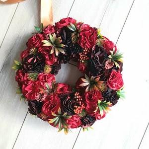 Igazi vörös, őszi ajtódísz, kopogtató bogyókkal és bogánccsal, 29cm, Otthon & lakás, Dekoráció, Dísz, Lakberendezés, Ajtódísz, kopogtató, Koszorú, Virágkötés, Varrás, Hangolódás az őszre.....\nA meleg kuckózós időszakra, kezünkben egy pohárka vörös borral....\nEz ihlet..., Meska