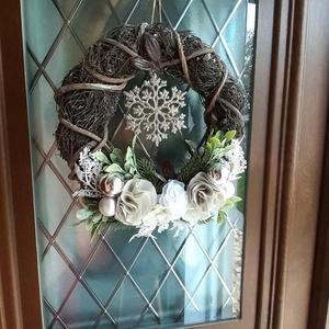 """Rusztikus ezüst-fehér-zöld vessző kopogtató, hópihe ajtódísz, téli, Otthon & Lakás, Karácsony & Mikulás, Karácsonyi kopogtató, Virágkötés, Varrás, Nagy kedvencem ez, és az ehhez hasonló rusztikus alap, amit saját magam \""""öltöztethetek\""""\nKedvenc text..., Meska"""