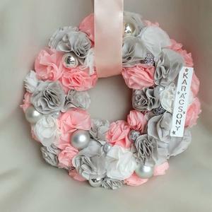 Beige és Babarózsaszín Karácsonyi kopogtató, ajtódísz, koszorú, Karácsony & Mikulás, Karácsonyi kopogtató, Virágkötés, Varrás, Selymes pasztell szinekkel készült ez az ünnepi kopogtatóm. Minden egyes virág egyedi alkotás.\n\nGömb..., Meska