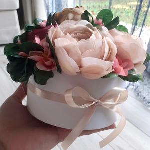 Tavaszi virágbox, asztaldísz, ajándék kellemes színekkel, anyák napja, Otthon & Lakás, Dekoráció, Csokor & Virágdísz, Virágkötés, Finom púder szín, bordó és rózsaszín találkozása.\n\n14cm magas. 21cm átmérővel.\n, Meska