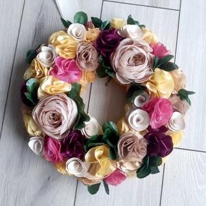 Tavaszi mályva és púder kopogtató/ajtódísz, Otthon & Lakás, Dekoráció, Ajtódísz & Kopogtató, Virágkötés, Varrás, Selyem-, és kézzel készült textilvirágok alkotják ezt az igazán tavaszi koszorút.\nCsodásan mutat maj..., Meska