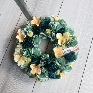 Zöld és Sárga tavaszi virágos ajtódísz, kopogtató, koszorú, vendégváró, Otthon & Lakás, Dekoráció, Ajtódísz & Kopogtató, Virágkötés, Varrás, Kézzel készült zöld textilvirágok és sárga selyemhortenziák. A tavasz köszöntői.\nKisebb méret. 20-23..., Meska
