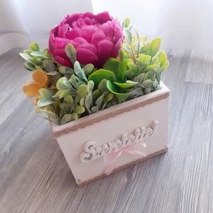 Nagy virágbox magenta bazsarózsával, szeretettel, Otthon & Lakás, Dekoráció, Csokor & Virágdísz, Virágkötés, Virágbox fából. Óvó néniknek, tanár néniknek vagy ballagásra.\n\nDoboz: 13x13cm, Meska