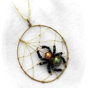 Zöld-arany pókocska nyaklánc, Ékszer, Nyaklánc, Ékszerkészítés, Gyöngyfűzés, gyöngyhímzés, Ez egy egyedi kis ékszer, amelyet magam terveztem, és minden alkotóelemét magam készítettem.\nA háló ..., Meska