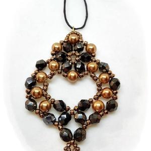 Fekete-arany nyaklánc, Ékszer, Nyaklánc, Medál, Gyöngyfűzés, gyöngyhímzés, Ékszerkészítés, A medált arany és fekete gyöngyökből készítettem.\nKülönleges alakja és mérete miatt elegáns, egyedi ..., Meska
