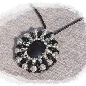Fekete-ezüst nyaklánc, Ékszer, Nyaklánc, Medál, Gyöngyfűzés, gyöngyhímzés, Ékszerkészítés, A medált ezüst és fekete színű gyöngyökből készítettem. A medál közepe fekete üvegkavics, ezt foglal..., Meska