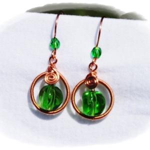 A Balaton színei - Zöld drótékszer fülbevaló, Lógó fülbevaló, Fülbevaló, Ékszer, Ékszerkészítés, Fémmegmunkálás, Ezt a fülbevalót a gyöngyök csodás víz-zöld színe  miatt lehet szeretni. Egy nagyobb érdekes formájú..., Meska