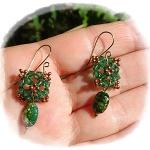 Kristály zöld fülbevaló, Ékszer, Fülbevaló, Lógós fülbevaló, Ékszerkészítés, Gyöngyfűzés, gyöngyhímzés, Ez egy finom, légies kis fülbevaló. \nApró zöld kristály bicone gyöngyökből és bronz kásából alkottam..., Meska