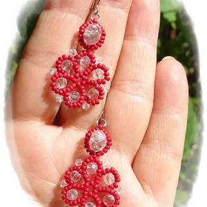 Piros-kristály fübevaló, Ékszer, Fülbevaló, Lógó fülbevaló, Gyöngyfűzés, gyöngyhímzés, Ékszerkészítés, Ezt a különleges alakú fülbevalót apró pici piros kásagyöngyből és átlátszó kristálygyöngyökből fűzt..., Meska