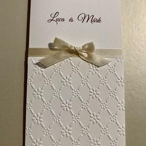 Romantikus, dombormintás Esküvői Meghívó, matt Törtfehér karton, Struktúrált felület, Elegáns, Esküvő, Meghívó, ültetőkártya, köszönőajándék, Papírművészet, Romantikus, kedves-elegáns meghívó, kézműves dombormintával, szolid. keskeny szalaggal, masnival. \nA..., Meska