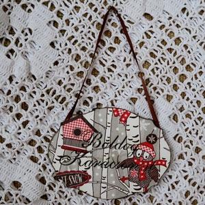 Kopogtató Boldog Karácsonyt felirattal, Otthon & Lakás, Karácsony & Mikulás, Karácsonyi kopogtató, Decoupage, transzfer és szalvétatechnika, Fehér lézervágott táblára baglyos képet dekopázsoltam. A mintát piros glitteres kontúrral emeltem ki..., Meska