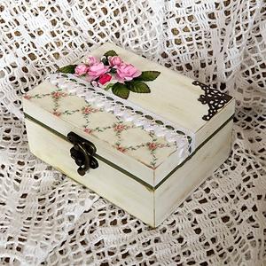Rózsás öregített doboz, Dekoráció, Otthon & lakás, Lakberendezés, Tárolóeszköz, Doboz, Decoupage, transzfer és szalvétatechnika, Festett tárgyak, Egy szép doboz ajándéknak, vagy saját otthonod díszítésére apróságoknak, ékszereknek.\nEgy 10x13x6 cm..., Meska