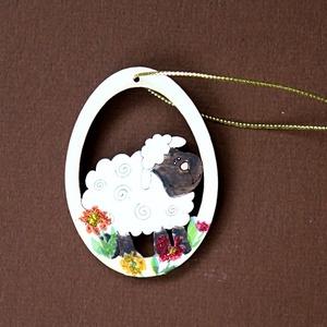 Függő - bárány tojásban, Otthon & lakás, Dekoráció, Húsvéti díszek, Ünnepi dekoráció, Lakberendezés, Dísz, Kedves húsvéti függőt készítettem: lézervágott fa alapot kifestettem, virágokat dekopázsoltam rá, gl..., Meska