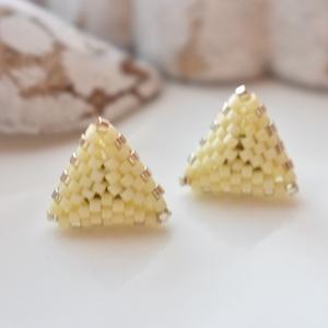 Vanília háromszög bedugós fülbevaló acél alappal (papmelus) - Meska.hu