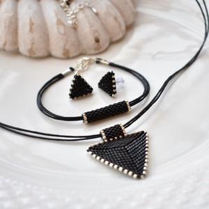 Fekete háromszög bedugós fülbevaló acél alappal (papmelus) - Meska.hu