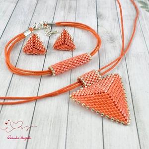 Narancs háromszög nyaklánc karkötő fülbevaló egyedi gyöngyékszer anyák napja ballagás évzáró karácsony szülinap névnap , Ékszer, Esküvő, Esküvői ékszer, Ékszerszett, Ékszerkészítés, Gyöngyfűzés, gyöngyhímzés, Kiváló minőségű japán delicából, aprólékos munkával fűzött nyaklánc-fülbevaló szett. A szett alapszí..., Meska
