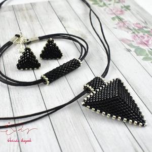 Fekete háromszög nyaklánc karkötő fülbevaló egyedi gyöngyékszer anyák napja ballagás évzáró karácsony szülinap névnap , Ékszer, Esküvő, Esküvői ékszer, Ékszerszett, Ékszerkészítés, Gyöngyfűzés, gyöngyhímzés, Kiváló minőségű japán delicából, aprólékos munkával fűzött nyaklánc-fülbevaló szett. A szett alapszí..., Meska
