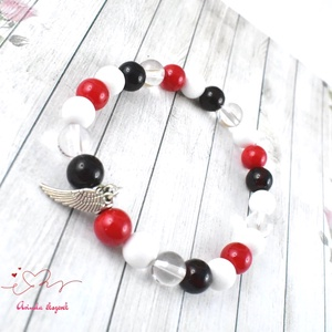 Angyalszárny medálos karkötő ásvány és üveggyöngyökkel - piros-fekete-fehér (papmelus) - Meska.hu