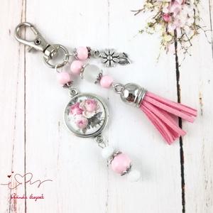 Apró rózsák rózsaszín bojtos üveglencsés kulcstartó táskadísz bojtos nyár mikulás karácsony szülinap névnap ajándék , Táska, Divat & Szépség, Otthon & lakás, Egyéb, Kulcstartó, táskadísz, Naptár, képeslap, album, Könyvjelző, Ékszerkészítés, Gyöngyfűzés, gyöngyhímzés, Rózsaszín és fehér gyöngyökből, rózsa mintával díszített üveglencsés kabosonból, virág medálból és ..., Meska