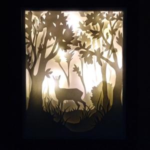 Erdőben - világító, dekoratív falikép, Otthon & lakás, Képzőművészet, Lakberendezés, Falikép, Vegyes technika, Papírművészet, A kép papírból kivágott, különböző, egymásra épített rétegekből áll össze. \nA szürkés, fa keretbe fo..., Meska