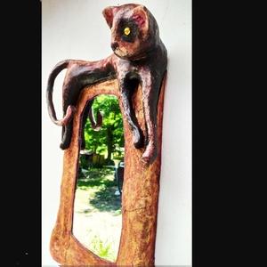 rusztikus cicás tükör, Otthon & Lakás, Dekoráció, Tükör, Szobrászat, Újrahasznosított alapanyagból készült termékek, Fali tükör. A fa keretbe foglalt tükör köré kasírozott  szoborkeretet készítettem. Textillel vontam ..., Meska