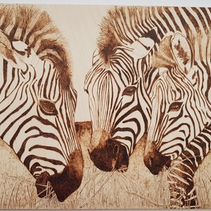 Zebrák - falikép, Otthon & lakás, Dekoráció, Kép, Dísz, Lakberendezés, Falikép, Gravírozás, pirográfia, A Legelésző zebrák című kép pirográf technikával (égetés) készült.\nFalra akasztható.\nA 3 mm vastag n..., Meska