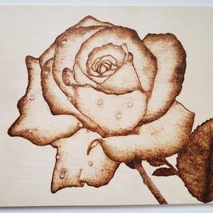 Rózsa falikép, dekoráció, Kép & Falikép, Dekoráció, Otthon & Lakás, Gravírozás, pirográfia, Ajándékozz egy olyan rózsát, ami nem szárad el!\nA kép 3 mm vastag nyírfa lapra, pirográf technikával..., Meska