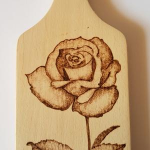 Rózsa mintás vágódeszka, edényalátét, dísz, Vágódeszka, Konyhafelszerelés, Otthon & Lakás, Gravírozás, pirográfia, Piropákával egy szál rózsát égettem erre a kicsi vágódeszkára. Lakkozatlan, vágódeszkának, edényalát..., Meska