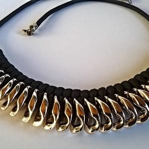 Arany-fekete nyaklánc, Ékszer, Nyaklánc, Csomózás, Fekete paracordra felfűzött aranyszínű, műanyag lapított láncszem alakú köztes.\n\nHossza: 58 centimét..., Meska