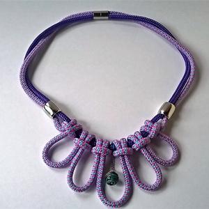 Purple flower, Ékszer, Csomózás, Ékszerkészítés, 6 mm-es paracord zsinórokból hurkolt, virágot idéző  nyaklánc cseh kézműves üveggyönggyel a középső ..., Meska