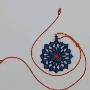 Csak egy kék színű virág, Medál nélküli nyaklánc, Nyaklánc, Ékszer, Csomózás, A makramé nyaklánc medálja egy szépséges kék virágot formál, melynek a  közepén egy sárga achát ásvá..., Meska