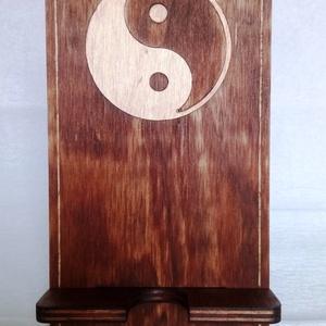 Yin-Yang intarziás telefontartó, Otthon & Lakás, Tárolás & Rendszerezés, Íróasztali tároló, Famegmunkálás, A telefontartó anyaga 6mm vastag borovi fenyő rétegelt lemez. Egyedi kézimunka, tökéletes ajándék. A..., Meska