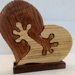 Szív alakú fa kisplasztika talppal, Otthon & Lakás, Dekoráció, Dísztárgy, Famegmunkálás, Puzzle-szerűen összekapcsolódó két különböző színű fél szív. Keményfából készült, nagyszerű ajándék ..., Meska