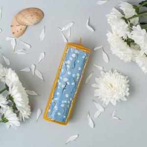 MARGARÉTA festett méhviaszgyertya oszlopos, Otthon & Lakás, Dekoráció, Gyertya & Gyertyatartó, Gyertya-, mécseskészítés, [100% méhviaszgyertya kézzel festve (akrilfesték)]\n\n~paraméterei:\n1 darab oszlopos gyertya: 14 cm ma..., Meska