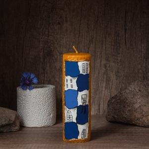 HUNDERTWASSER festett méhviaszgyertya oszlopos, Otthon & Lakás, Dekoráció, Gyertya & Gyertyatartó, Gyertya-, mécseskészítés, [100% méhviaszgyertya kézzel festve (akrilfesték)]\n\n~paraméterei: \n1 darab oszlopos gyertya: 14 cm m..., Meska