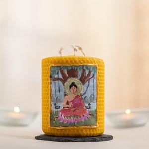 BUDDHA festett méhviaszgyertya 3 kanócos, Otthon & Lakás, Dekoráció, Gyertya & Gyertyatartó, Gyertya-, mécseskészítés, [100% méhviaszgyertya kézzel festve (akrilfesték)]\n\n~paraméterei: 10 cm x 8 cm\n\nA gyertyát Buddha ir..., Meska