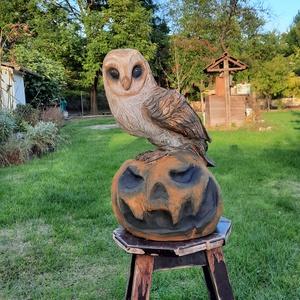 Halloweeni bagoly szobor, haloweeni tök szobor, Művészet, Szobor, Fa, Famegmunkálás, Tölgyfából, láncfűrésszel faragott kb 50 cm magas szobor.\nolajjal kezelt így kertbe is kihelyezhető...., Meska